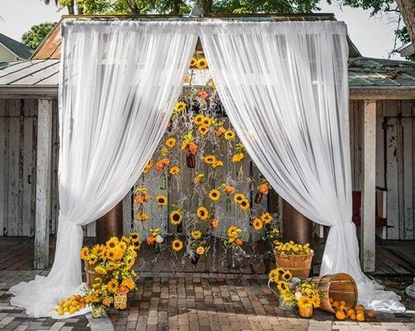 Decoração externa com cortina e flores para festa tema girassol