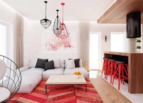 Decoração de sala vermelha com banquetas da cozinha