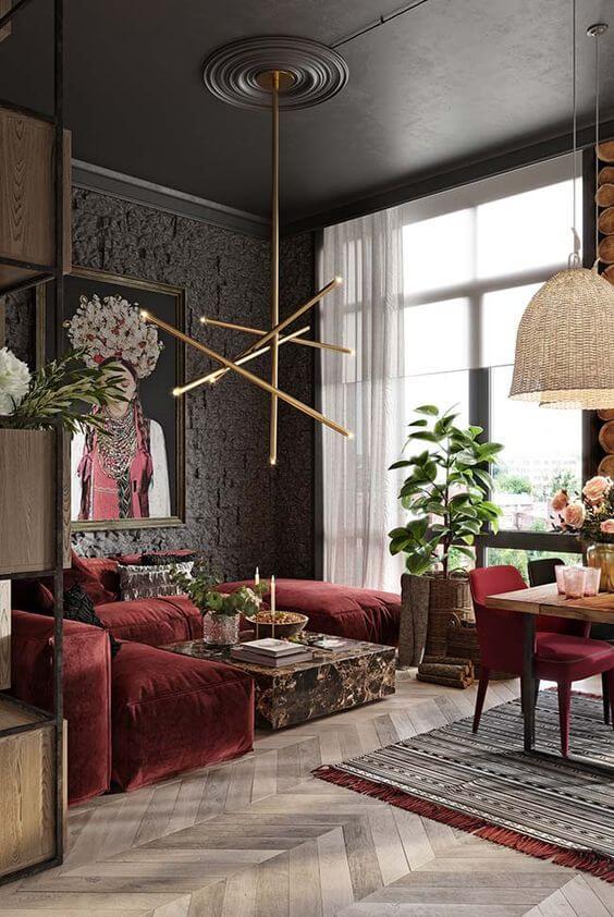 Sala vermelha com detalhes em cinza