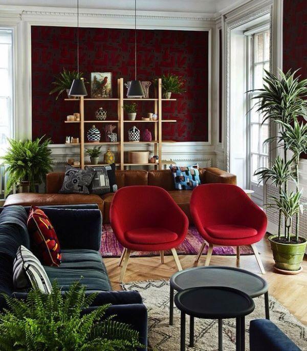 Decoração de sala vermelha com detalhes em caramelo e outras cores