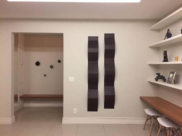 Sala de tv decorada com rodapé branco