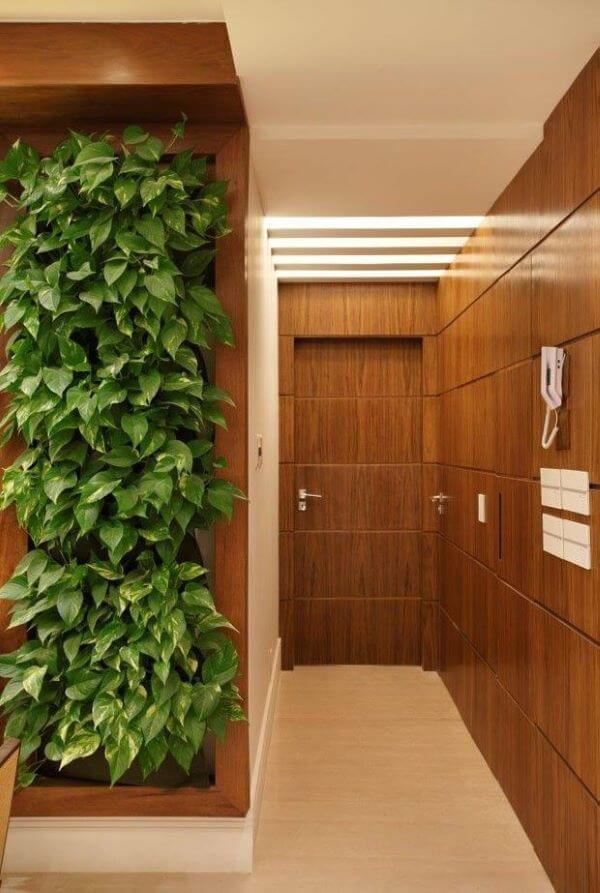 Jardim vertical com painel de madeira e rodapé branco