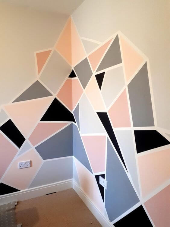 Decoração parede geométrico com rodapé branco