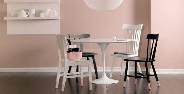 Sala de jantar rosa com rodapé madeira branco
