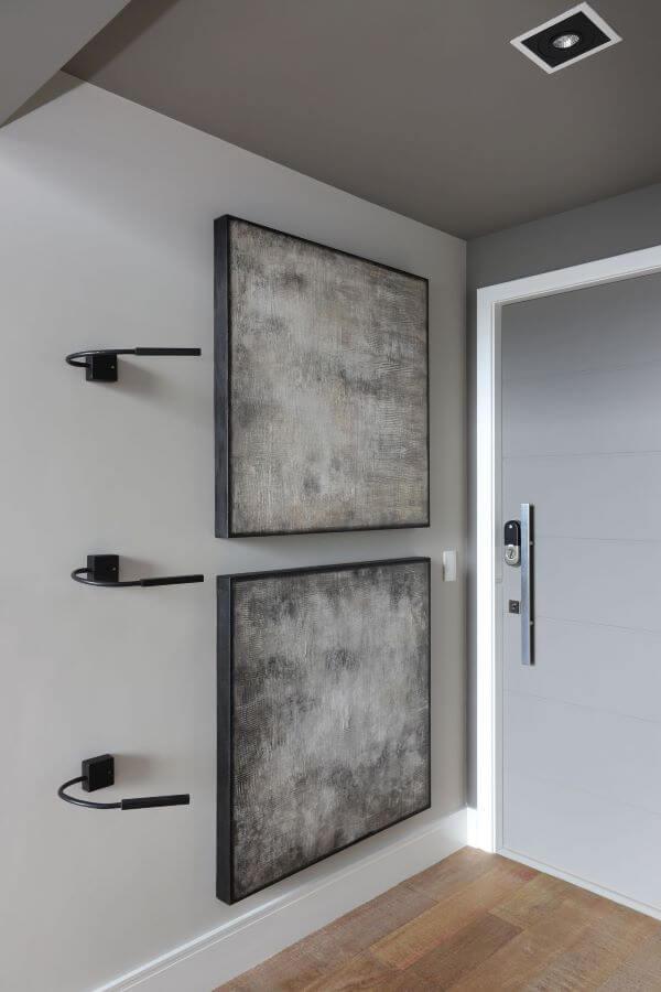 Decoração clean e industrial com rodapé branco