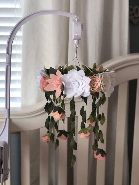 Mobile com flor branca e rosa