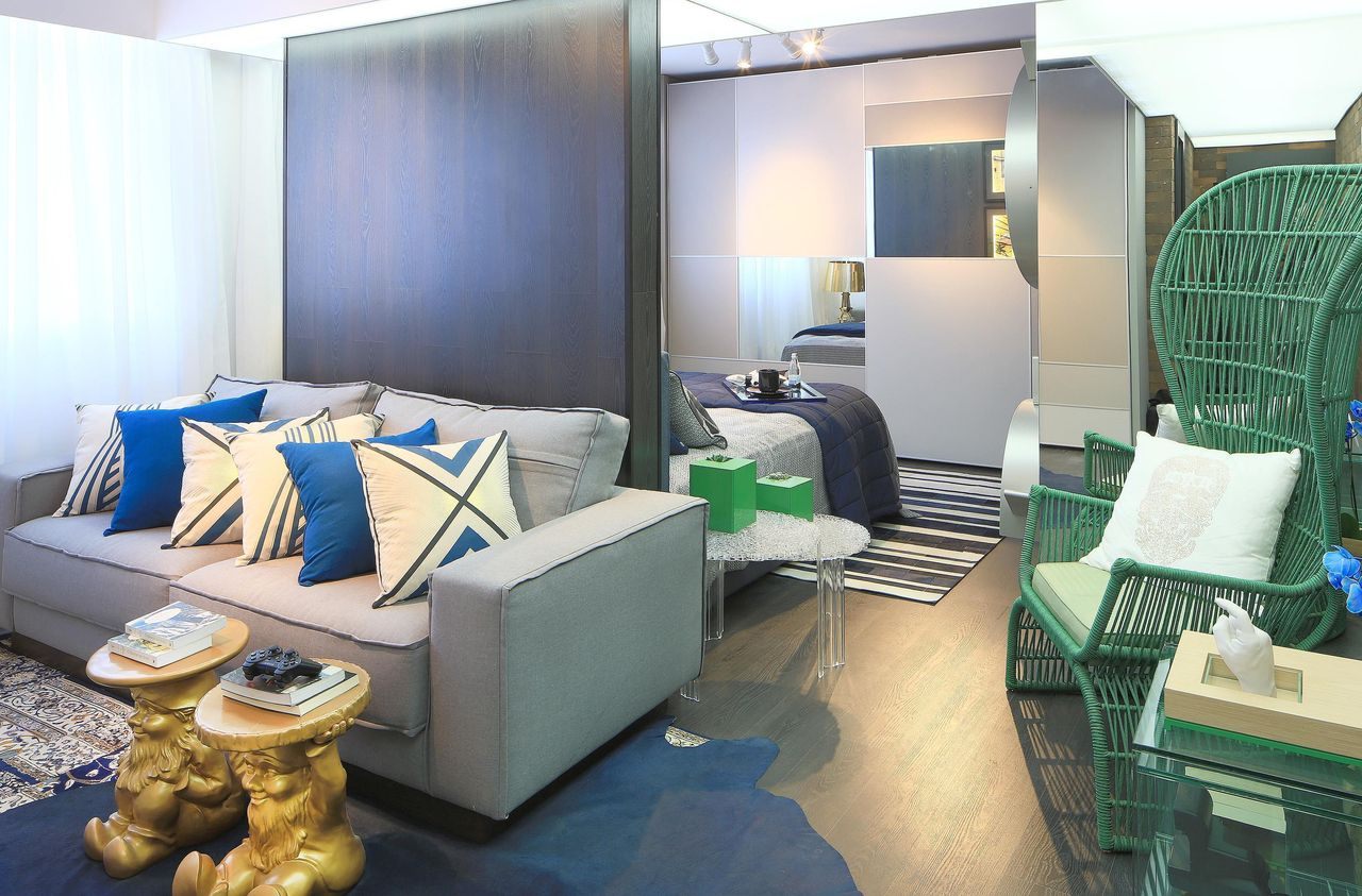 Decoração de sala de estar com a cor do ano