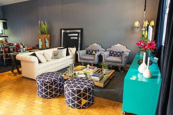Decoração de sala de estar com móveis retrô