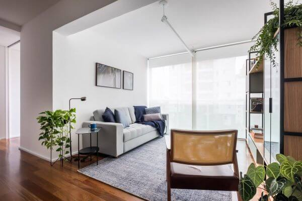piso laminado com rodapé branco simples