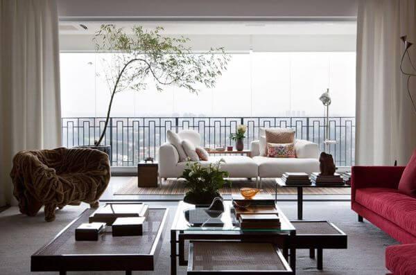 Sala de estar com janela de vidro