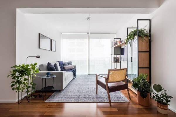 Decoração de sala de estar integrada com rodapé branco