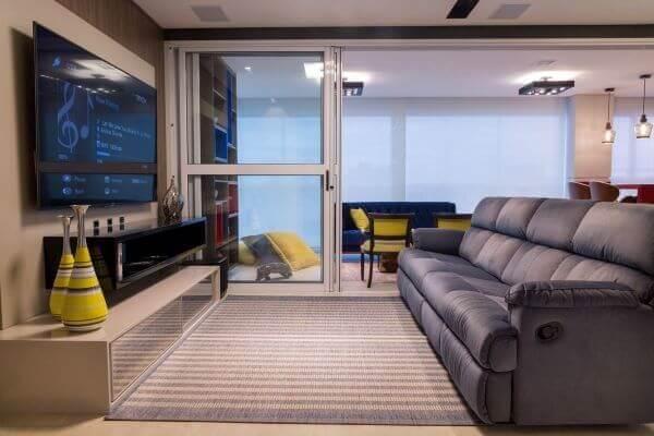 Sala de estar com sofá retrátil e reclinável