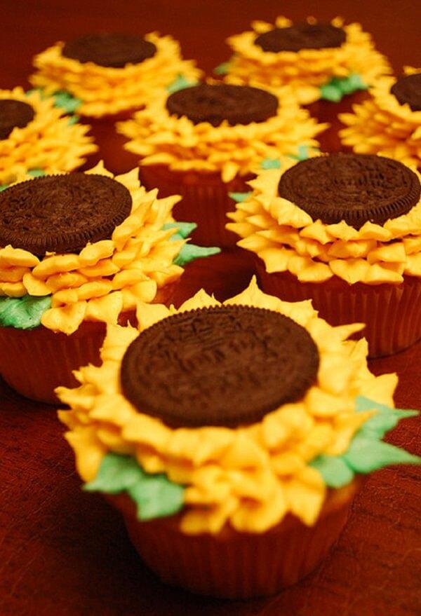 Cupcakes criativos feitos com bolachas recheadas decoram a festa tema girassol
