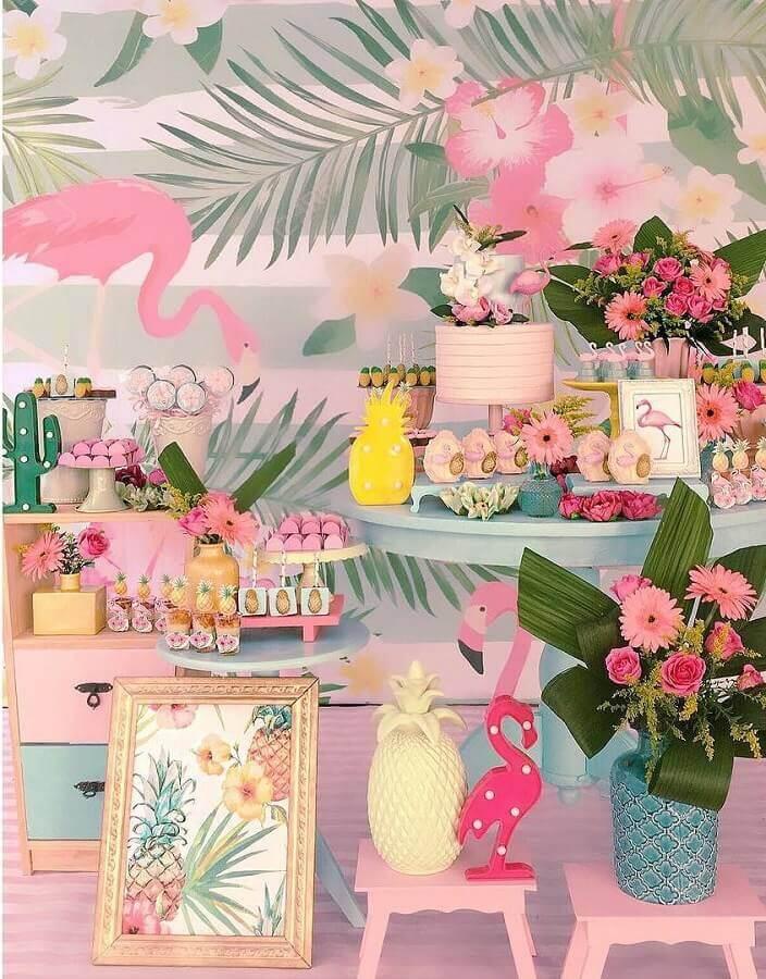 delicada decoração para festa flamingo infantil com arranjo de flores e luminária de cacto Foto Atelier Festejar por Mariana & Ana Cecilia