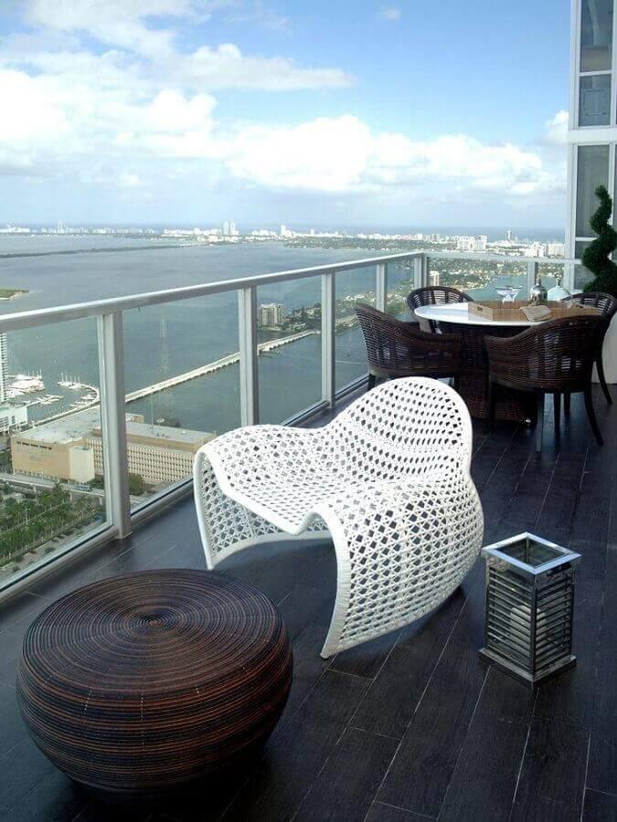 design arrojado de cadeira branca para varanda Foto Pinterest