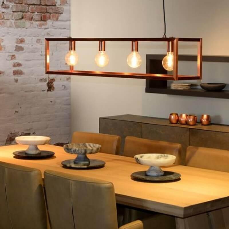 design arrojado de pendente cobre para sala de jantar com mesa de madeira Foto Assetproject