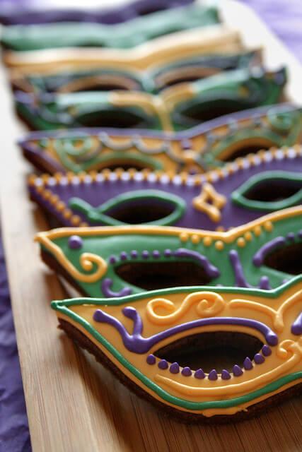 Doces para festa de máscara colorida e divertida