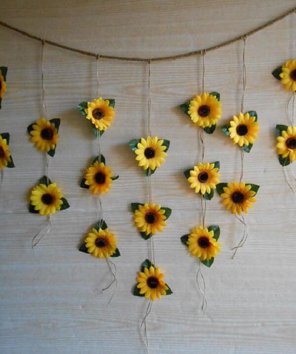 Cortina simples feita com flores de girassol de papel