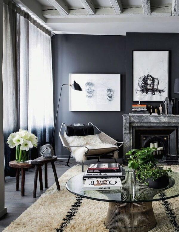 A parede preta trouxe sobriedade para a sala de estar
