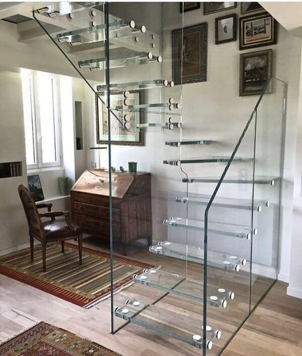 Escada de vidro imponente encanta a decoração