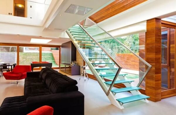 A escada de vidro invade o ambiente com maestria