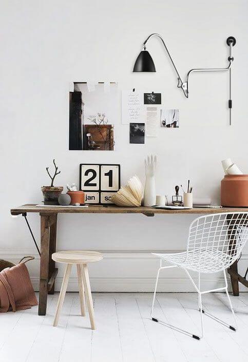 Escritório com rodapé branco
