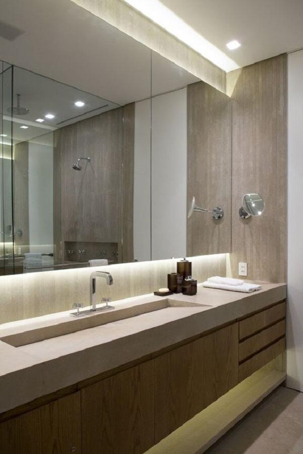 A iluminação embutida no armário traz um charme especial para o ambiente