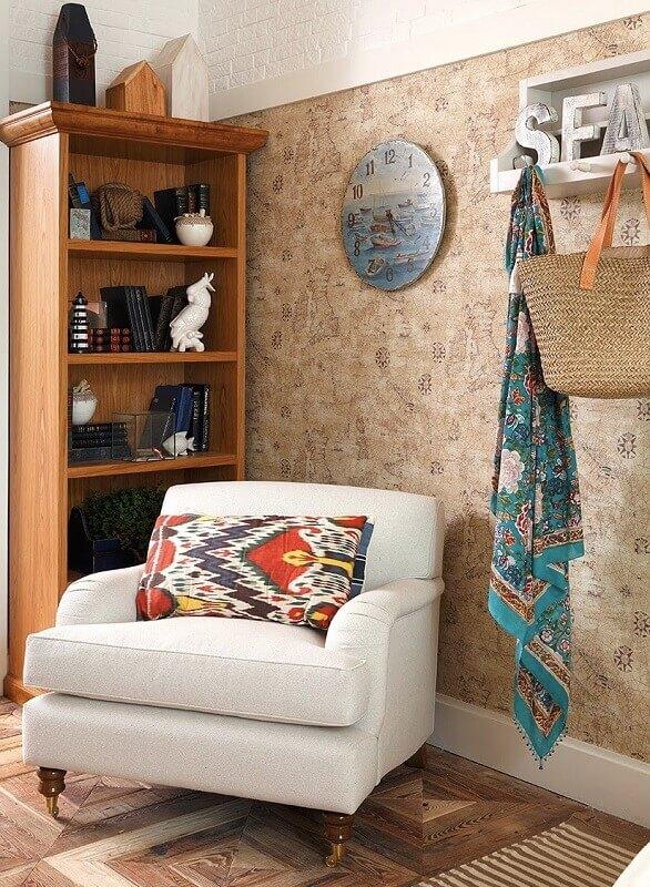 estante de madeira e poltrona branca para decoração de quarto de praia