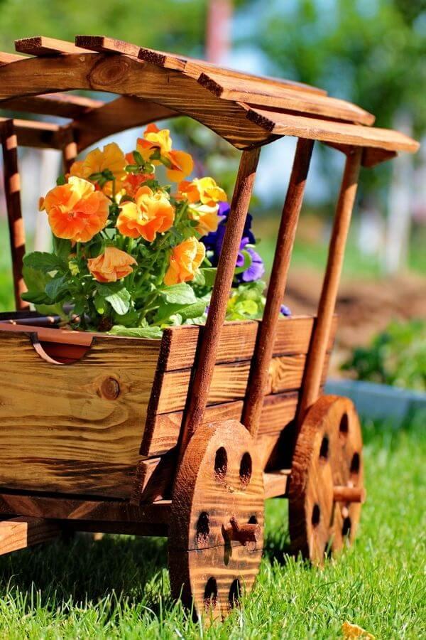 Floreira criativa de madeira encanta a decoração do jardim