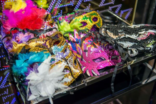 Deixe máscaras diversas disponíveis para os convidados durante toda a festa