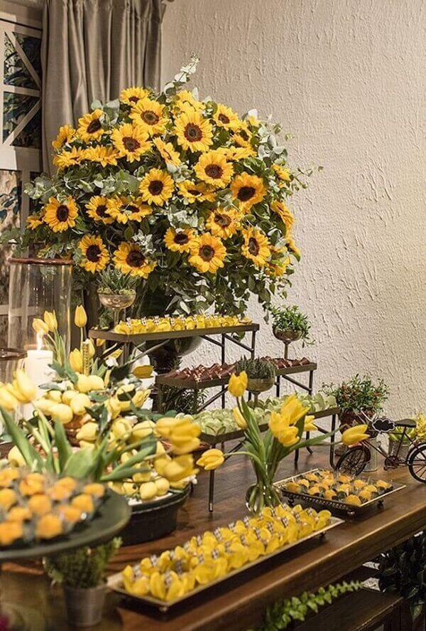 Forme um lindo arranjo floral para a mesa do bolo
