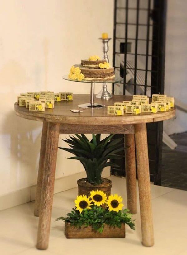 Separe uma mesa de madeira redonda para compor a decoração do salão de festas