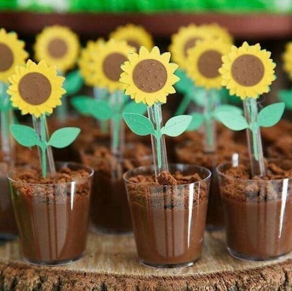 Decore as colheres dos docinhos de forma criativa para festa tema girassol