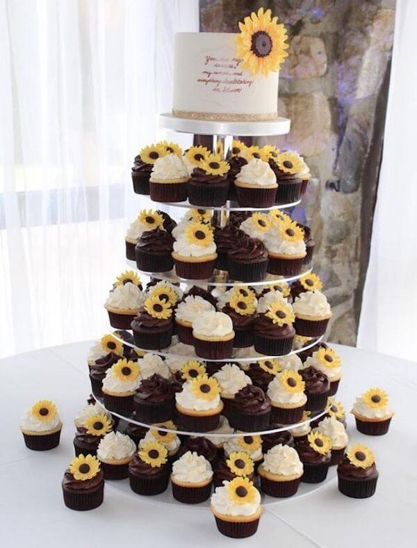Monte uma estrutura criativa para os cupcakes da festa tema girassol