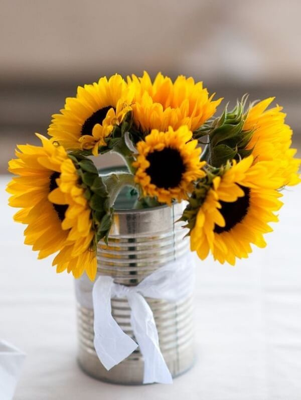 Use aluminum cans to decorate the table of sunflower theme party guests