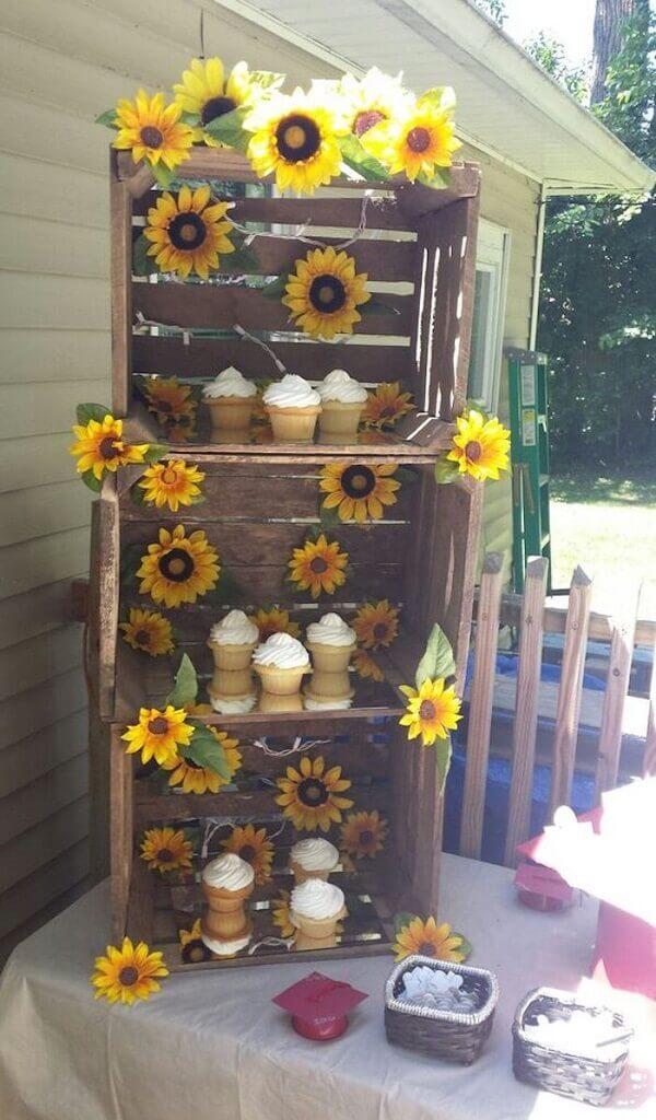 Utilize caixotes de madeira na decoração da festa tema girassol