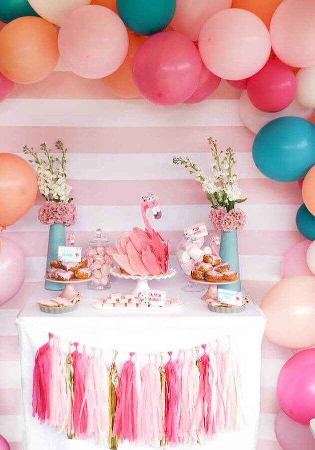 festa de aniversário com bolo em formato de flamingo Foto Style Me Pretty