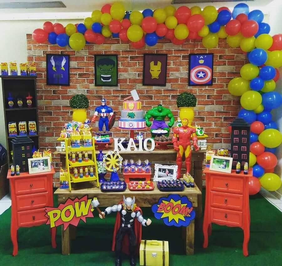 simple avengers party decorated with big dolls Foto Brilho and Art Decorations
