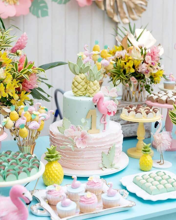 flamingo and pineapple party decorated in pastel tones with lily arrangement Photo Fabiana Moura