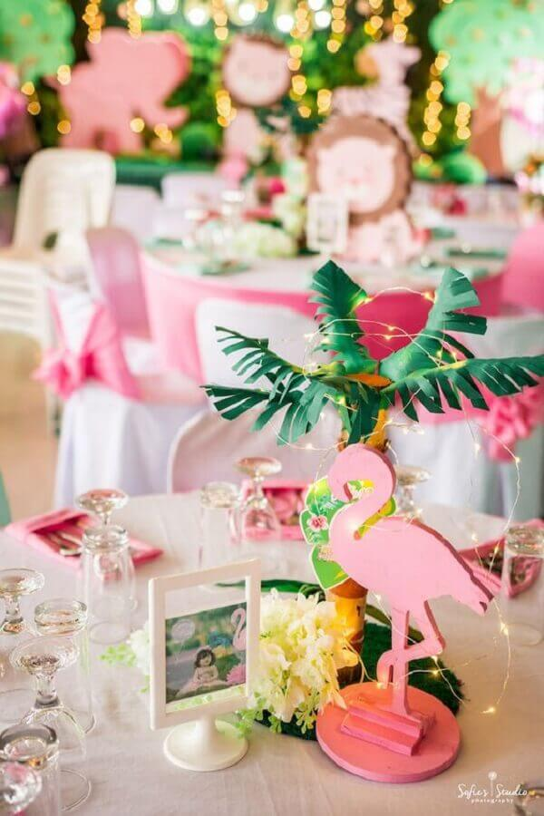 festa flamingo infantil decorada com luz de fada Foto Kara's Party Ideas