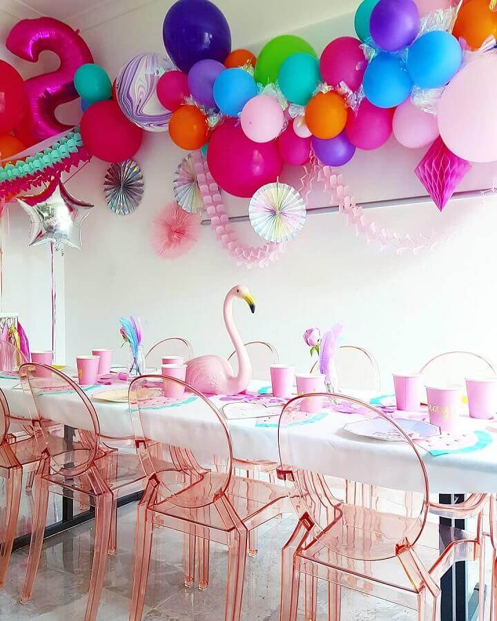 simple flamingo party decorated with pink balloons Foto Sugar & Salt