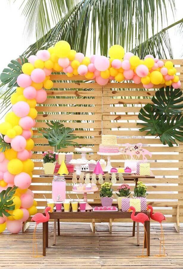 festa flamingo simples decorada com painel de pallets costela de adão e balões coloridos Foto Pinterest