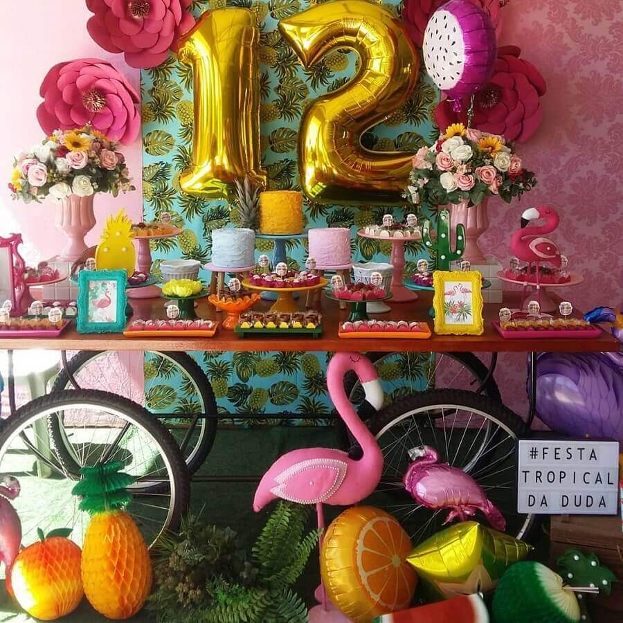 tropical flamingo party decorated with colorful candy dishes and rose arrangement Foto Luart's Parties