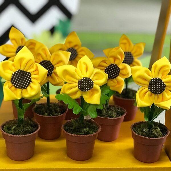 Flores feitas de fuxico podem servir de lembrancinha para festa tema girassol