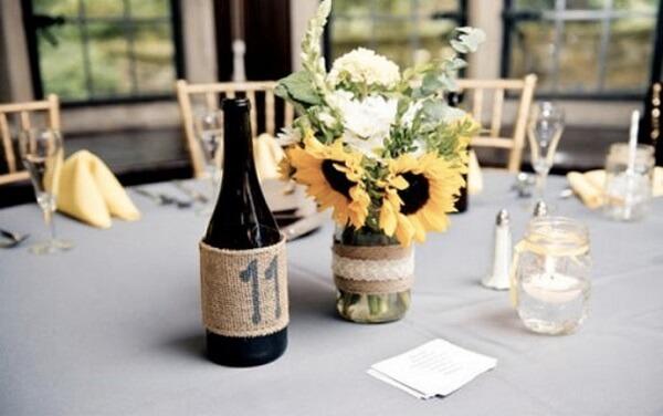 Decore a mesa dos convidados com arranjos simples para festa tema girassol