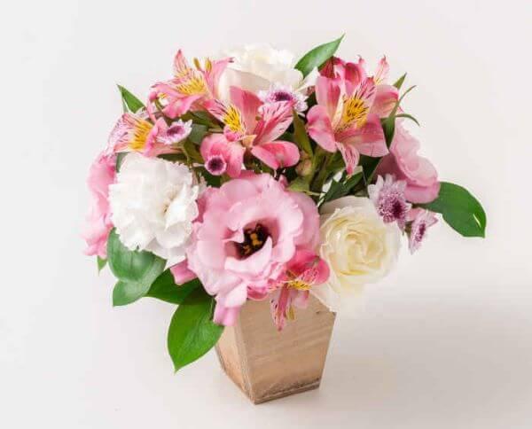 Arranjo de flores para casa com astromélias
