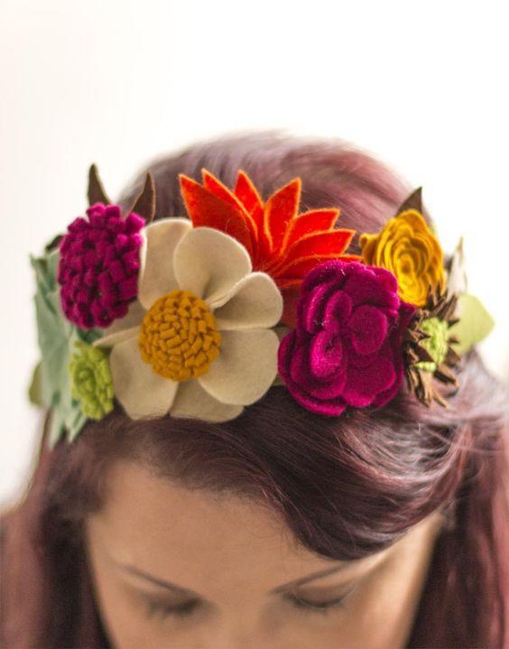 Tiara de cabelo feita com diferentes flores de feltro