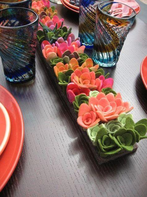 Flor de feltro no centro de casa