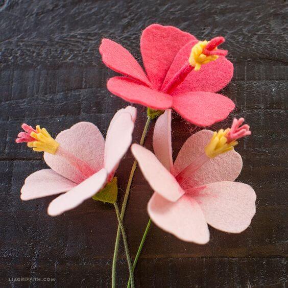 Flor de hibisco feita de feltro