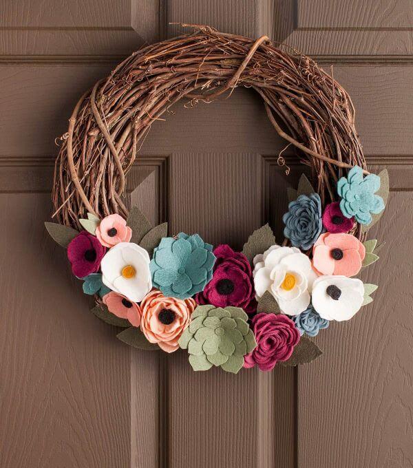 Decoração de porta com flor de feltro